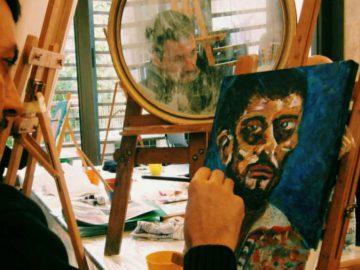 chico pintando autoretrato